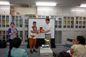 タイ大学生からの記念品贈呈